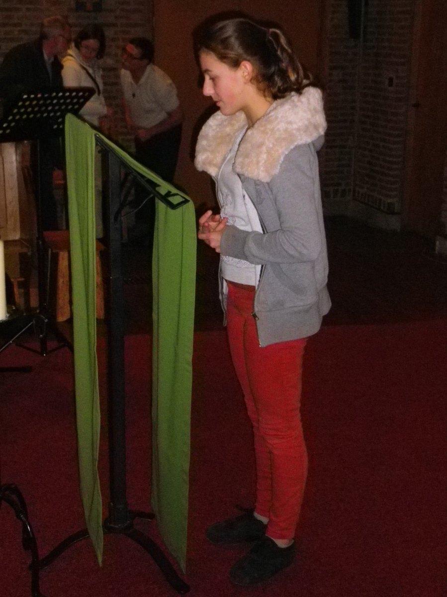 014- Hortense lors de la priere du soir