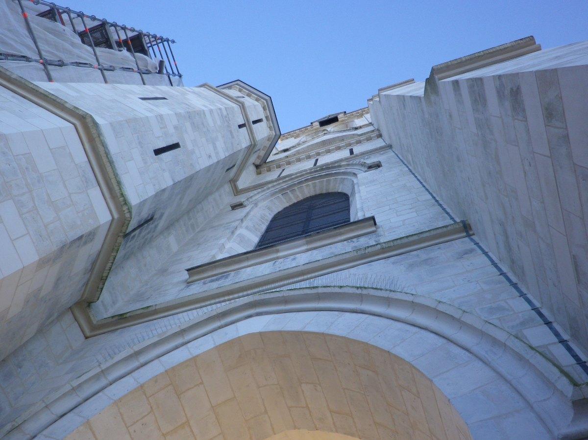 058- Sous le clocher