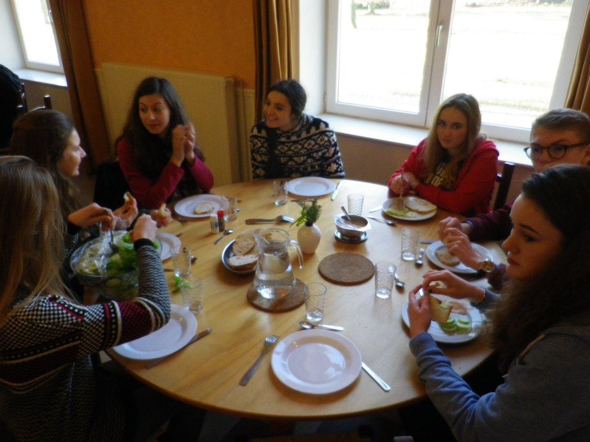 069- Pendant le dejeuner