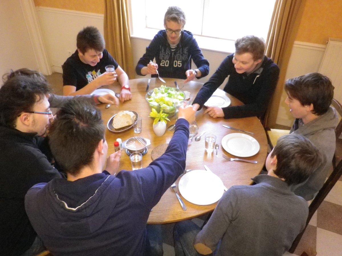 070- Pendant le dejeuner