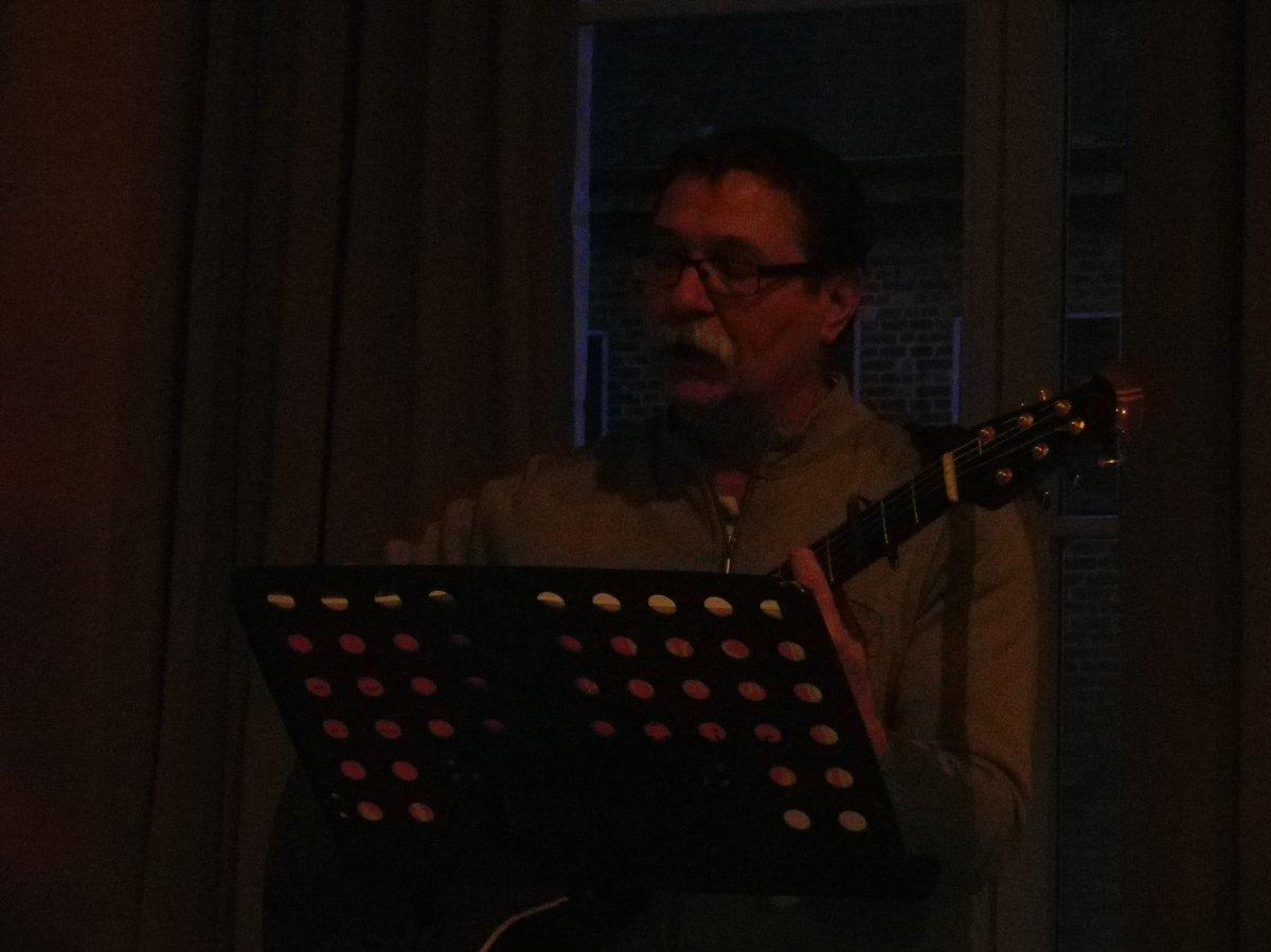 092- Bertrand a la guitare