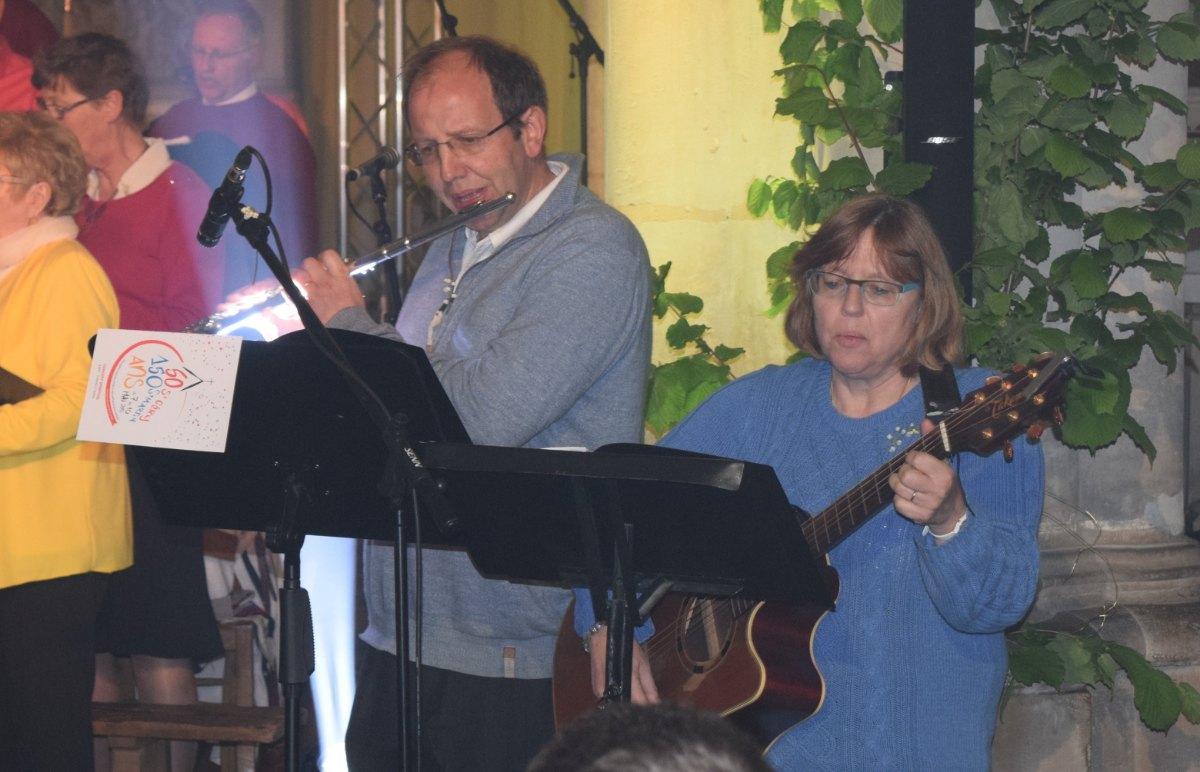 en musique ... Michèle à la Guitare et Jean votre humble serviteur à la flûte pour annoncer le Roi avec les instruments.