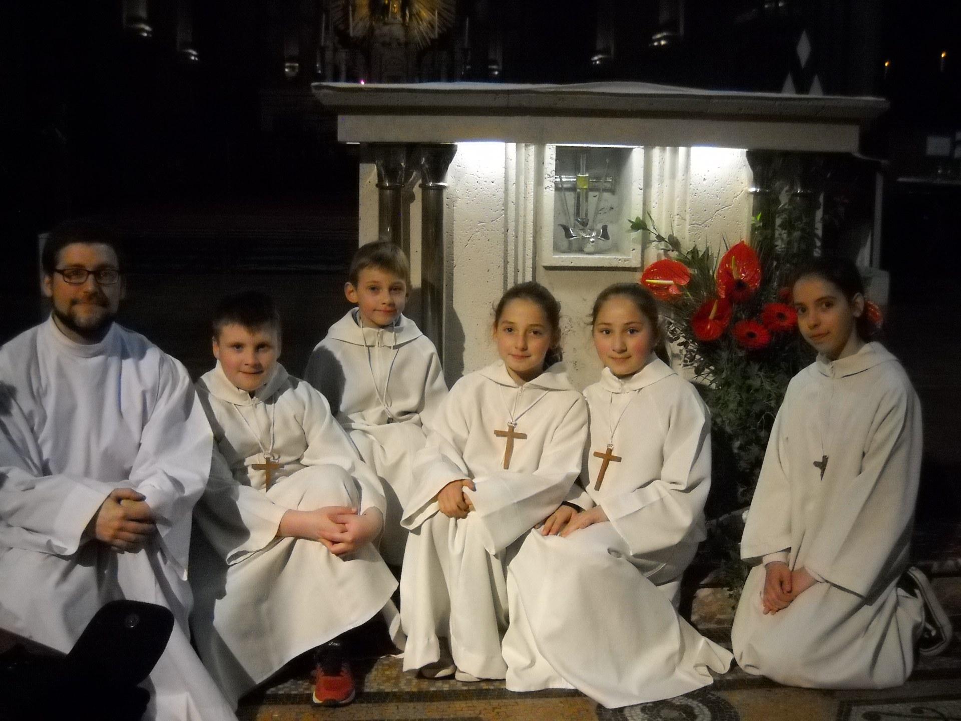 12023  25E servants d'autel