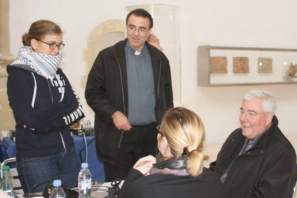 Avant l'émission, le Père Eric Boutrouille s'entretient avec Mgr François Garnier,  Marie Payen et Florence Gault (de dos)
