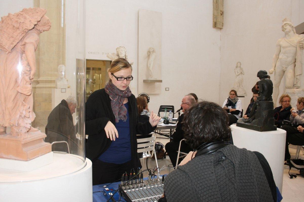 Pendant la diffusion d'un reportage, Florence Gault s'entretient avec le technicien (de dos)