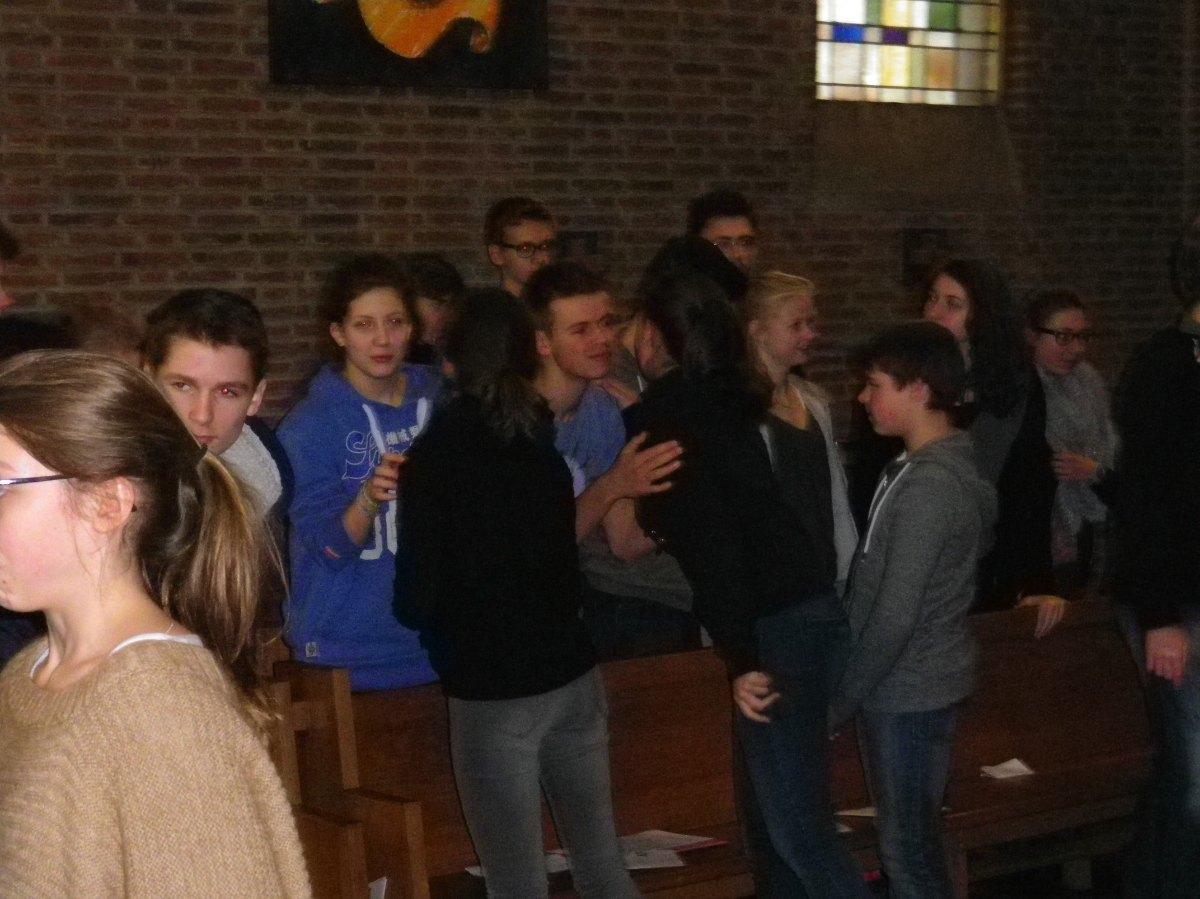 122- Les jeunes se donnent la paix du Christ