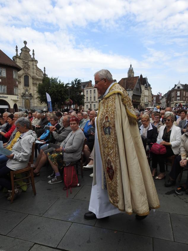 Mgr a revêtu la chape de procession
