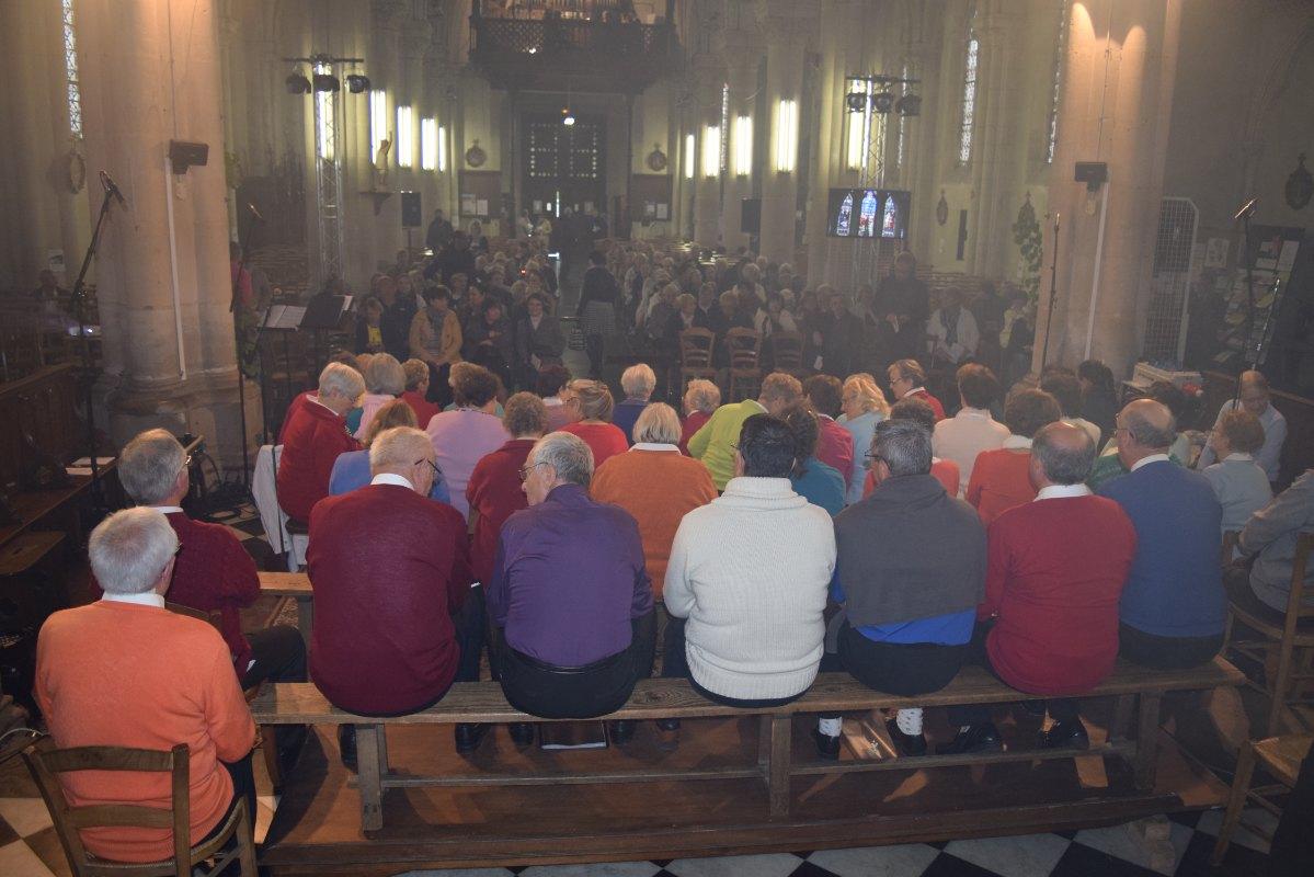 Le public arrive nombreux, même en avance. Mieux que pour la messe. il faudrait que chaque messe soit un concert ?