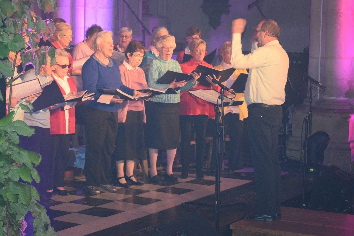 Eric anime le chant à St Martin ... écrit par son ami André Gouzes.