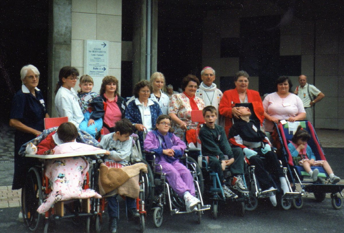 Les jeunes malades (train Rouge) avec Mgr Delaporte Août 1996