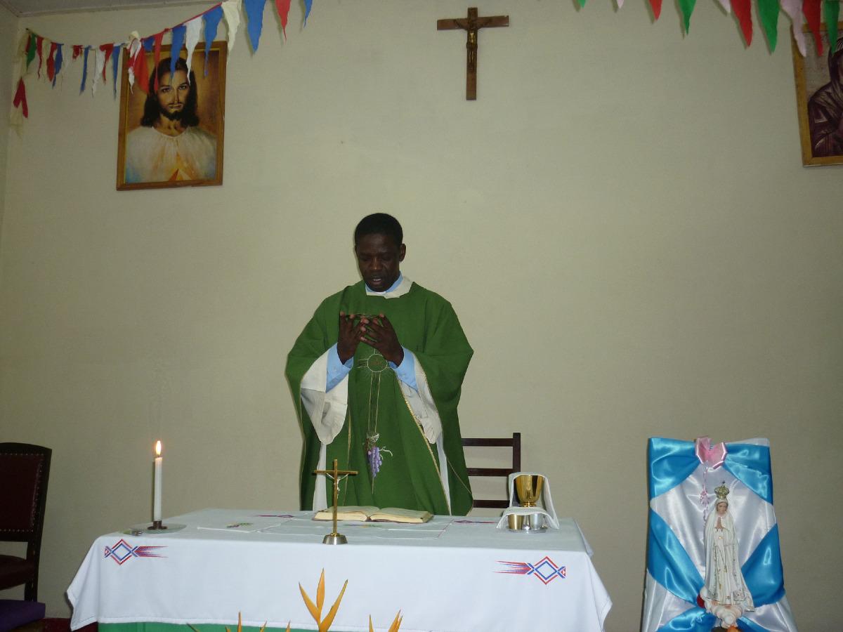 La veille au matin, l'Abbé Georges célèbre dans la chapelle de l'évêché pour Geneviève.