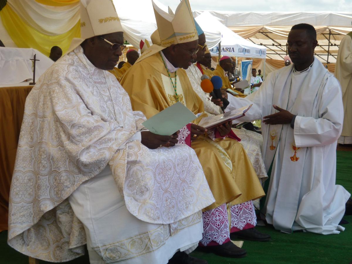 L'évêque consécrateur, Mgr Gervais du diocèse de Ngozi. Mgr Garnier le connaît.
