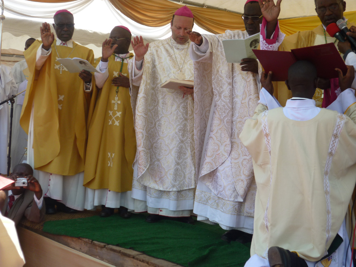 Le Nonce et les évêques célébrants mains levées pour appeler l'Esprit-Saint sur le nouvel évêque.