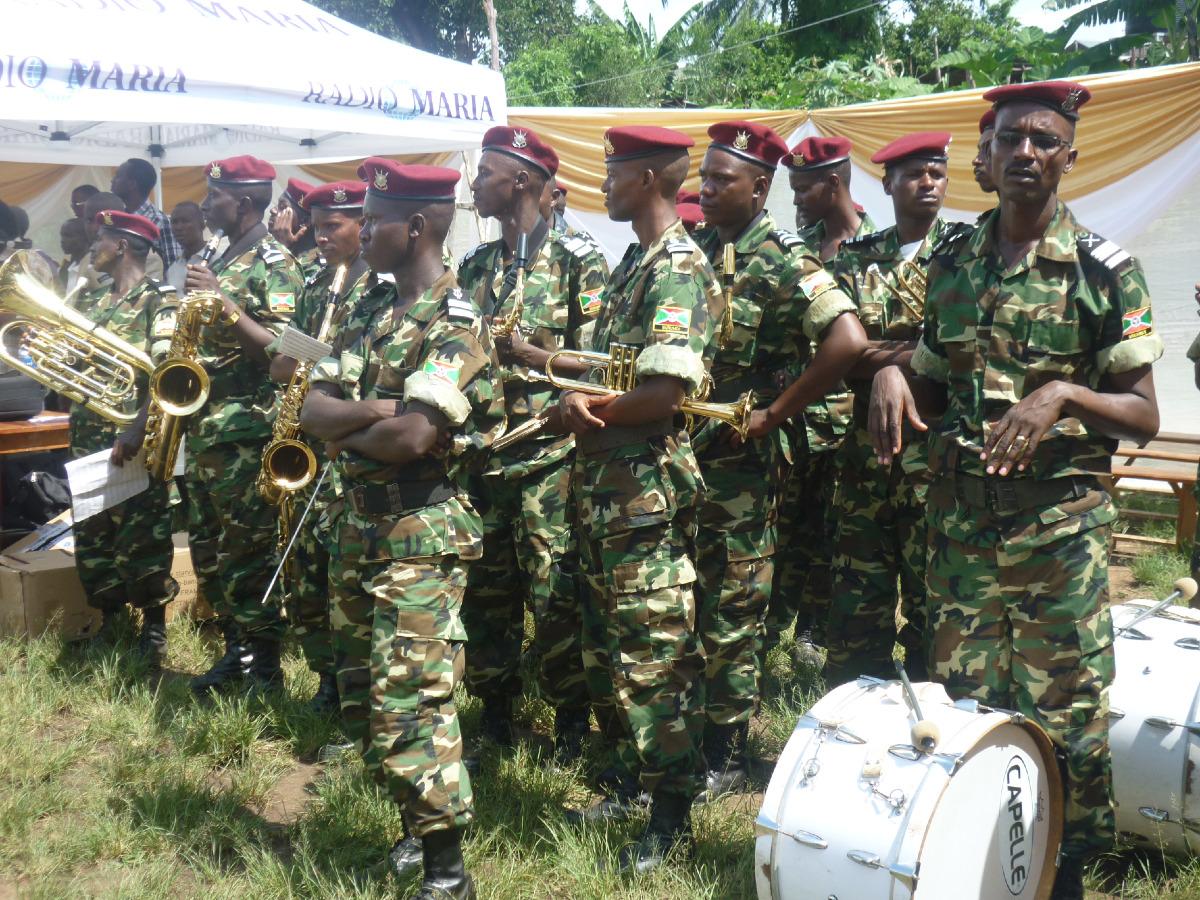 Les militaires en fanfare joue des chants religieux.