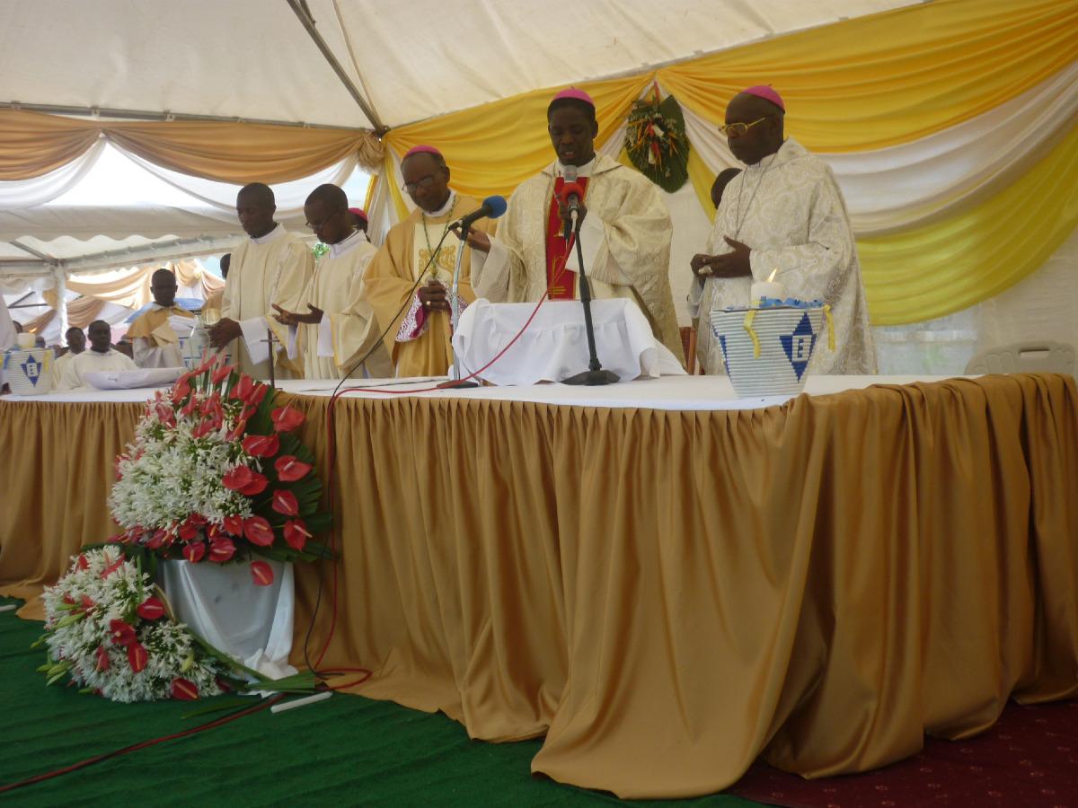 Mgr Georges, maintenant ordonné évêque, concélèbre avec les autres évêques.