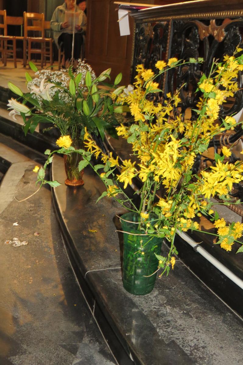 Fleurs annonçant la joie des enfants qui vont communier pour la première fois