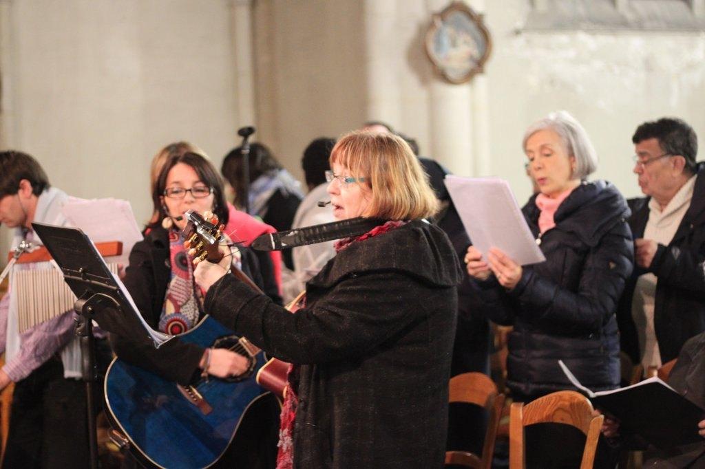 les chanteurs, les musiciens sont là ... Peuple fidèle ... en lui vient reconnaitre ton dieu, ton salut.