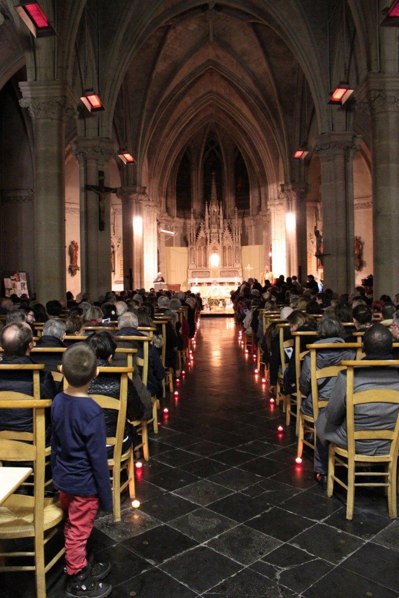 Les derniers se serrent dans les derniers rangs ... l'église est pleine ... et recueillie.