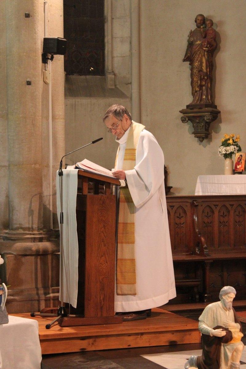 Le père Patrick Leclercq proclame la bonne nouvelle : il est né le divin enfant ... et le commente.