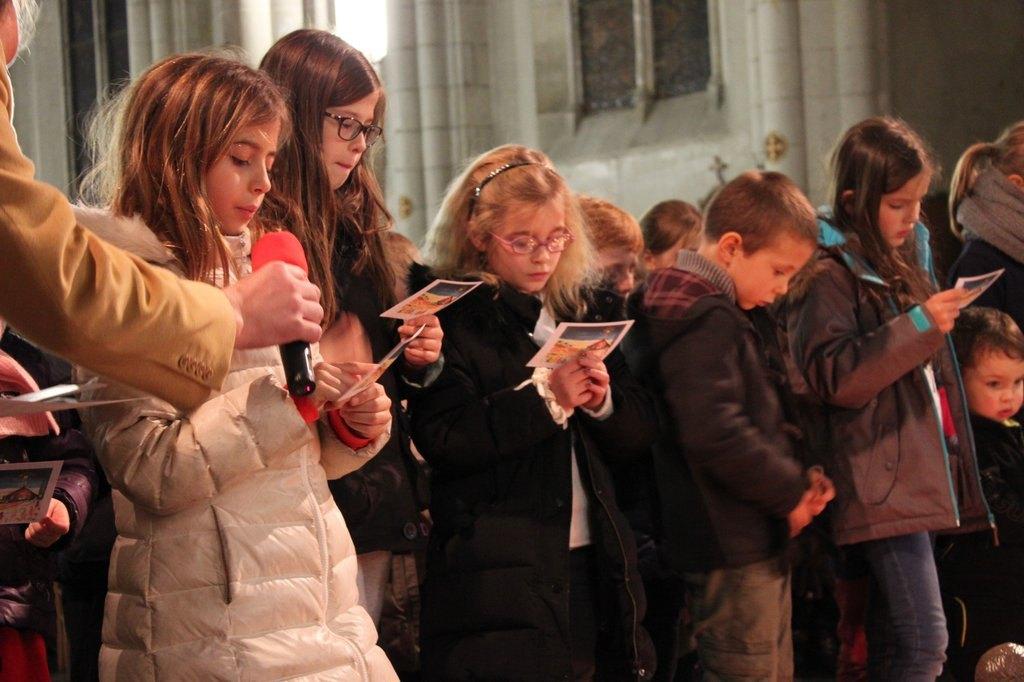 Avec les plus jeunes, lisons ensemble la prière du pape François pour Noël : Toi qui entoures de ta tendresse tout ce qui existe, répands sur nous la force de ton amour ...