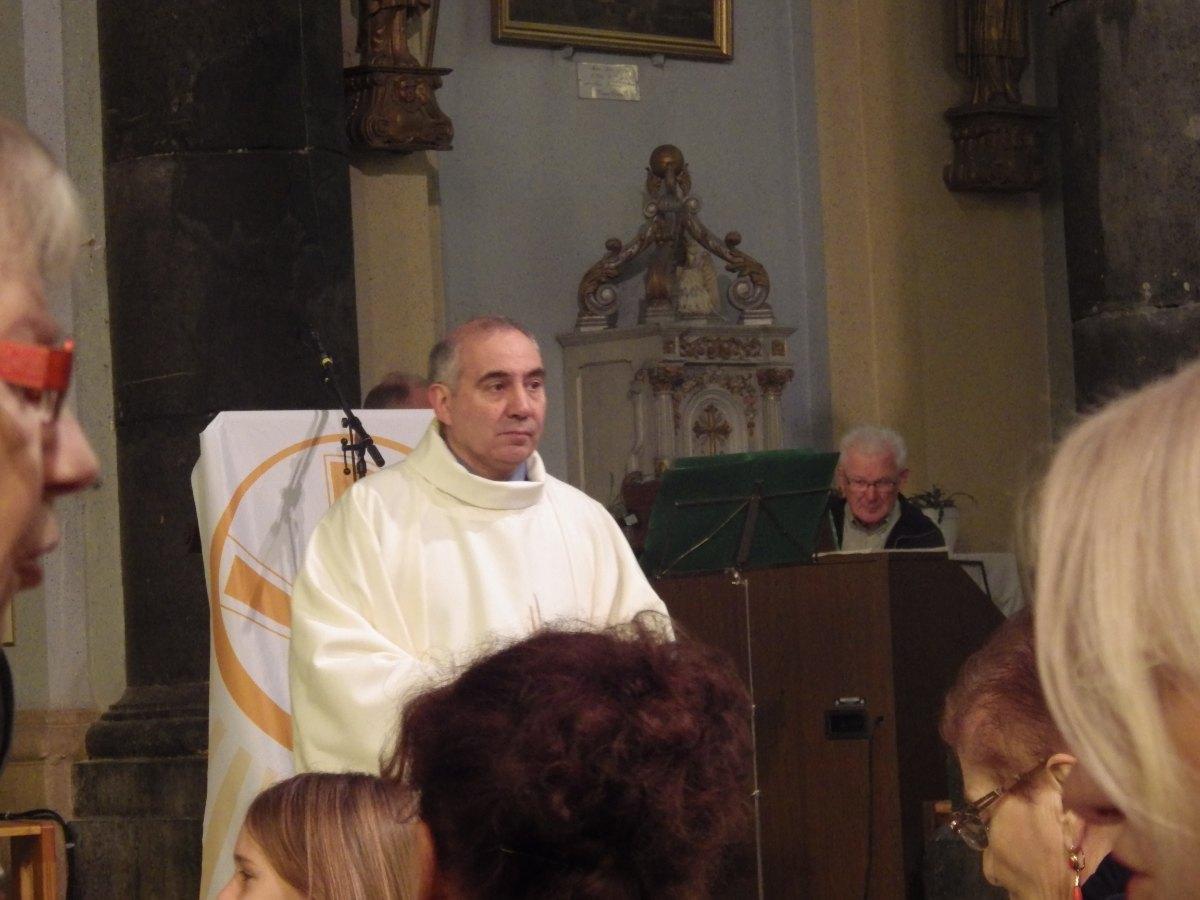 L'Abbé Marc Beaumont,vicaire épiscopal,  nouveau Doyen accueille les paroisiens pour la fête de Saint François