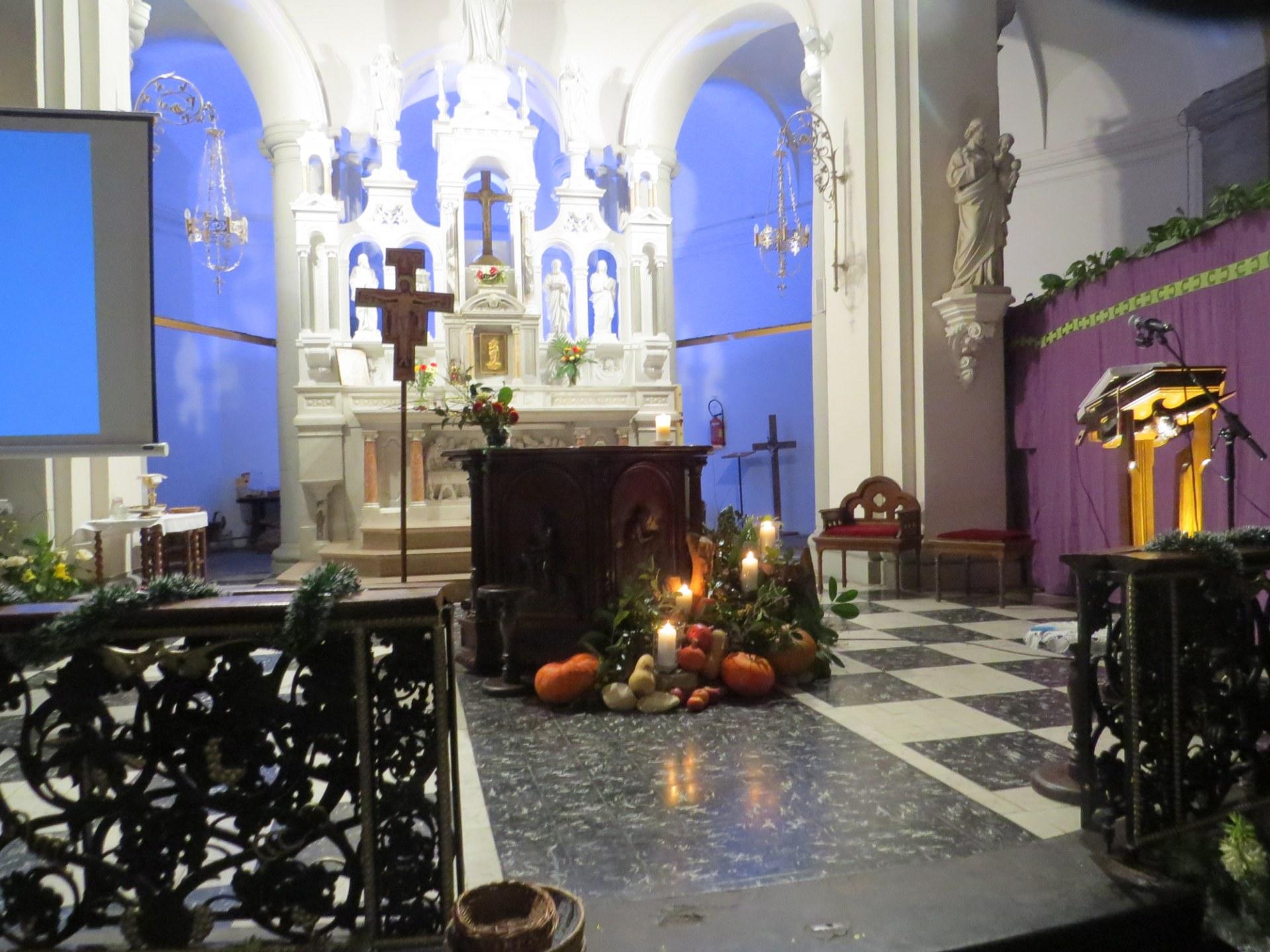 La décoration nous rappelle les quatre dimanches de l'Avent nous annonçant l'arrivée de Jésus.