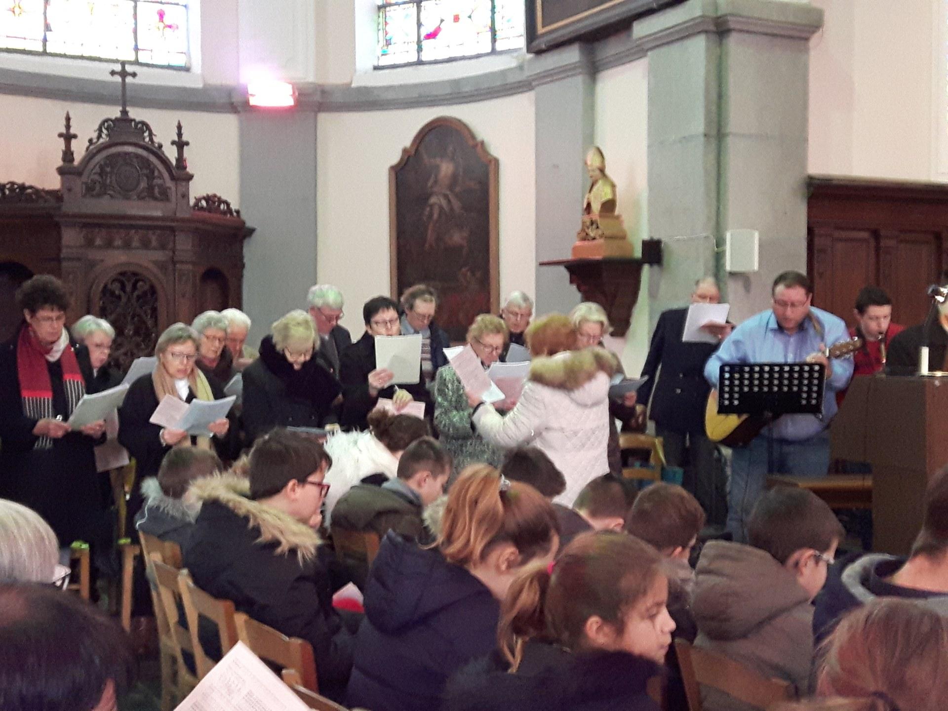 chorale et musiciens accompagnent pour les chants