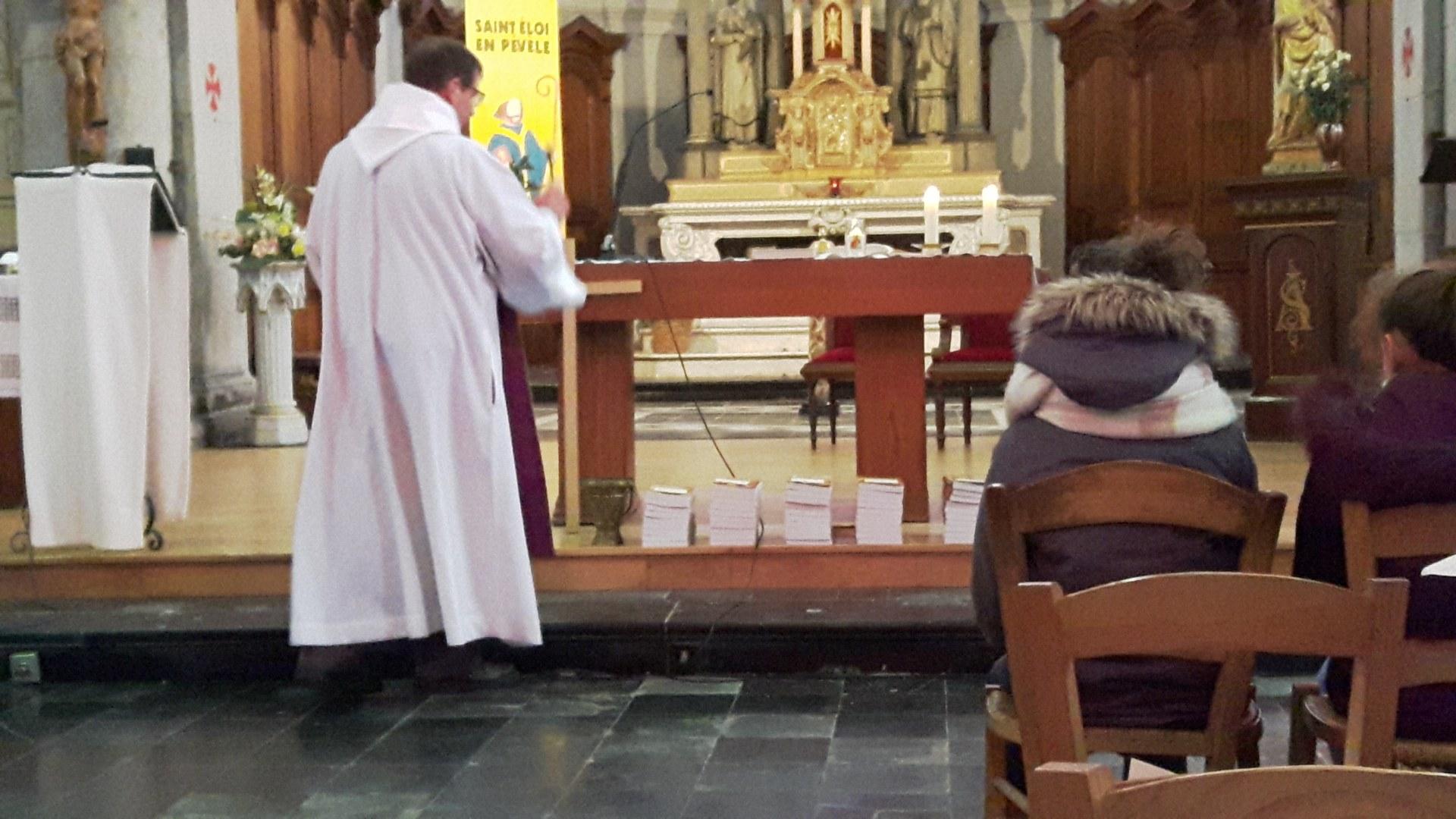 l'abbé Serge bénit les Evangiles