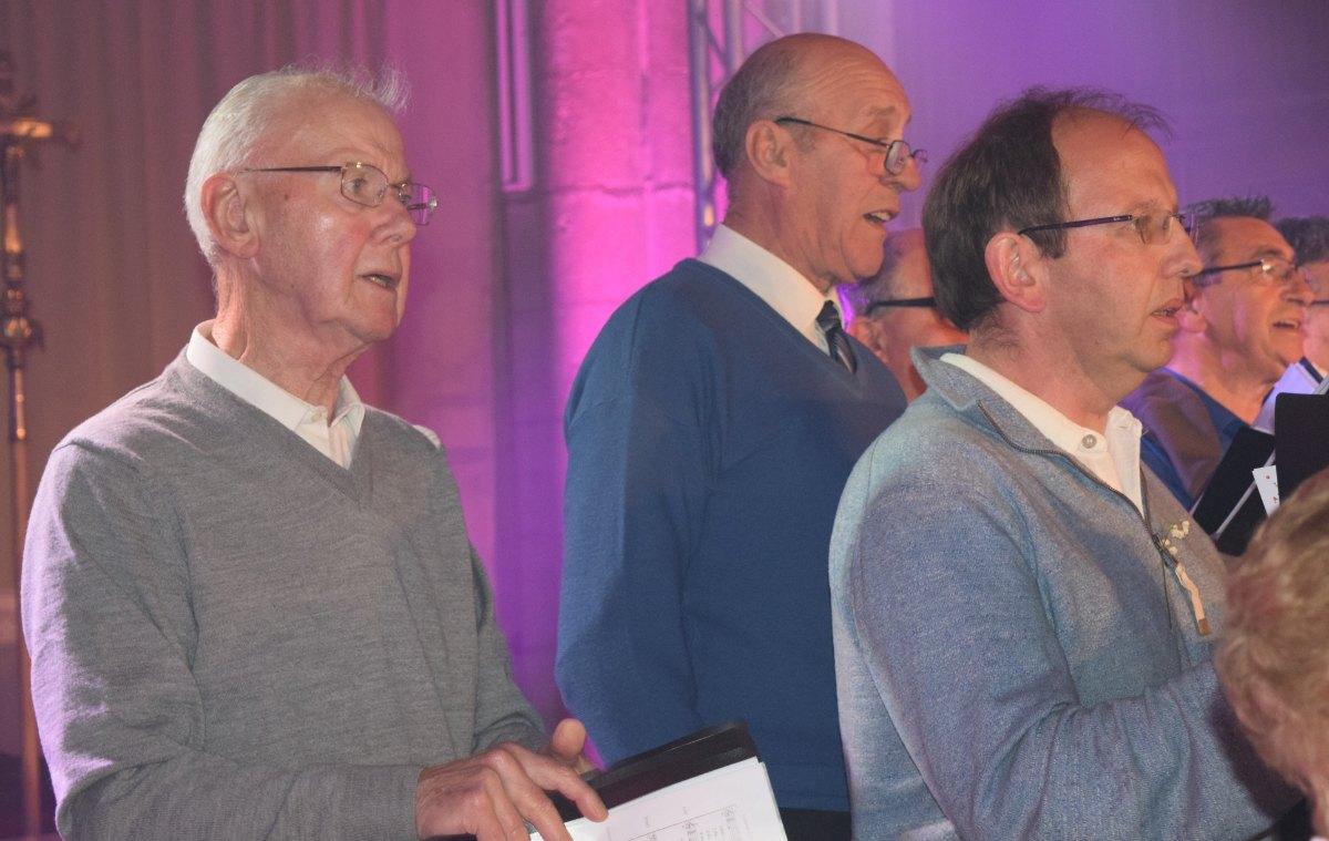 Les ténors ! Sans regarder la partoche !! 3 Jean dans la photo. Jean-Michel 60 ans de mariage avec Lulu et au moins autant à la chorale ; quelle fidélité ! Jean-François ; de St Michel ; jeune retraité mais pas du chant !