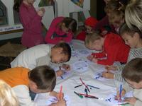 les enfants s'appliquent sur leurs dessins