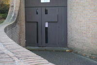 La porte d'entrée de la chapelle : la croix, une porte vers la vie.