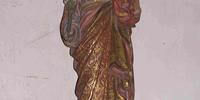 Aux cotés de l'autel à la Vierge
