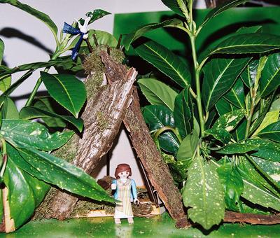 Aldegonde dans sa hutte de branchages