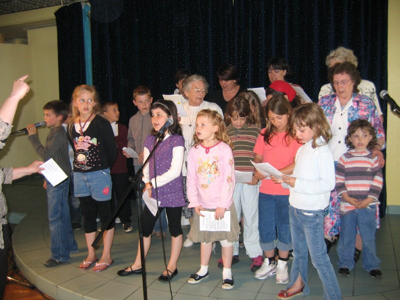 Mime et chants par l'équipe de St Eloi