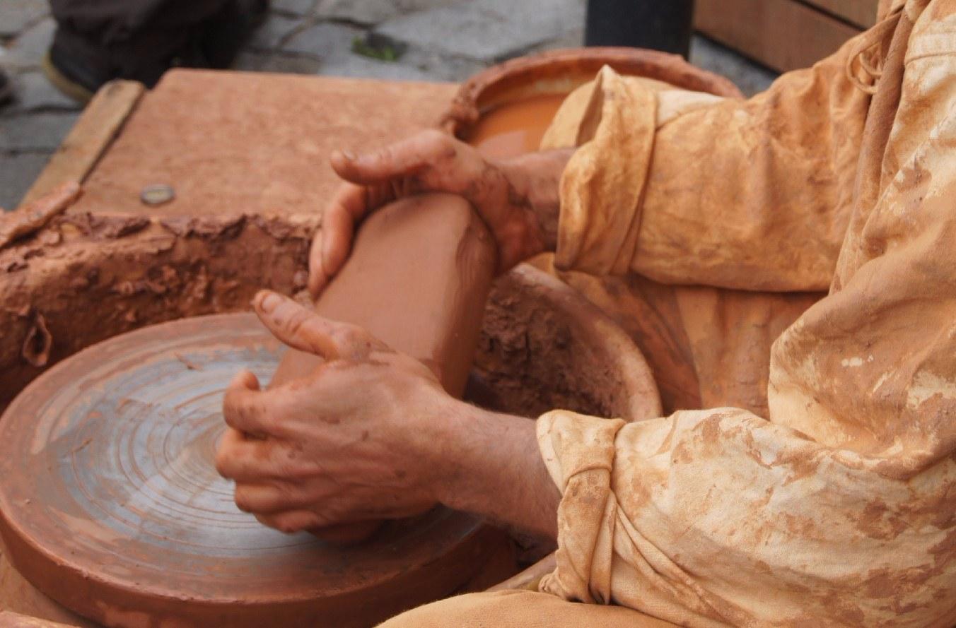 Façonne notre argile de ta main de potier