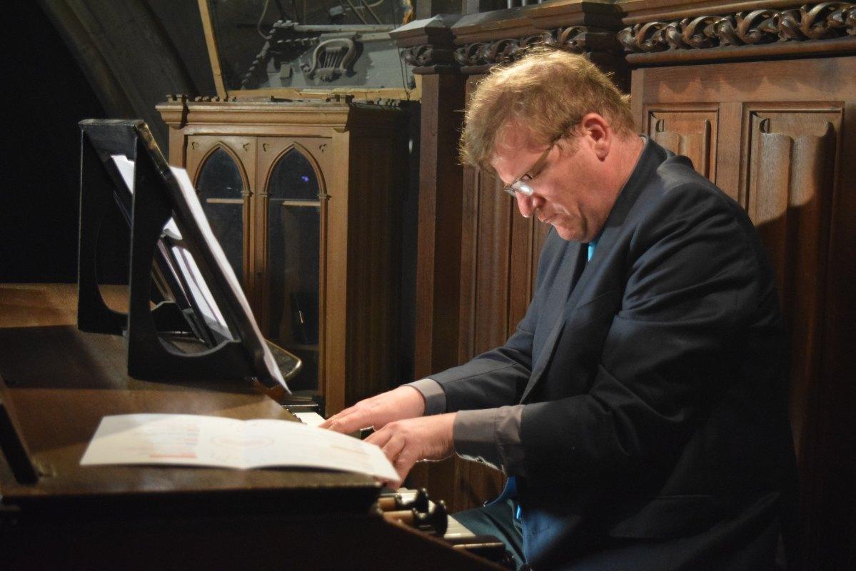 Notre aimable arrangeur et organiste Bernard : même pas assez de doigts et de pieds pour jouer ce que j'ai en tête.