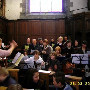 la chorale pendant la messe des premières communions de Pont