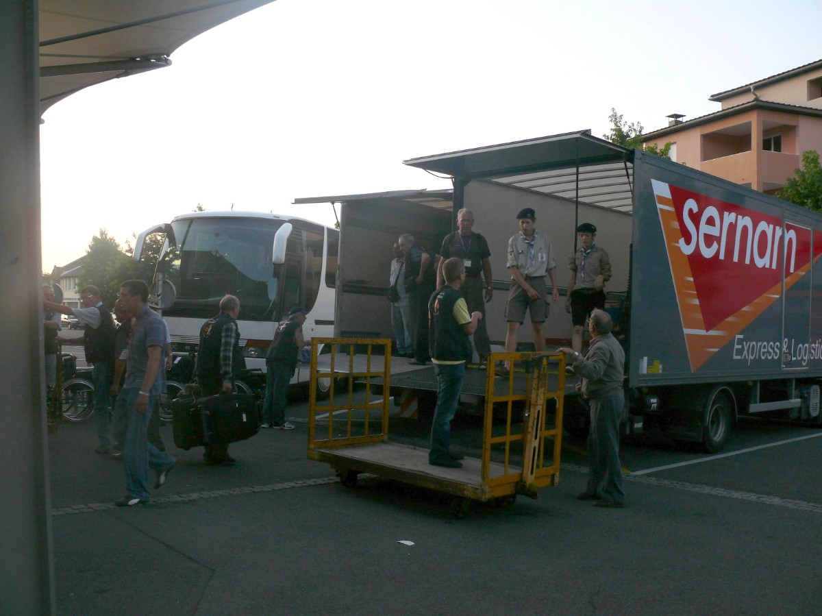 toujours des bagages... heureusement il y a des scouts!