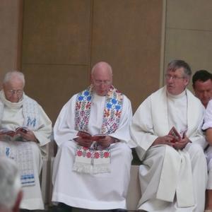 des prêtres âgés sont aussi au pèlerinage