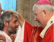 L'évêque impose les mains et donne une onction de Saint chrême (huile sainte) pour confirmer un baptisé