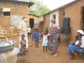 Danses avec des enfants dans une cour