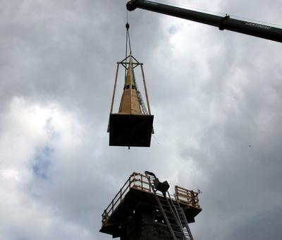 09 La charpente du nouveau clocher prend place