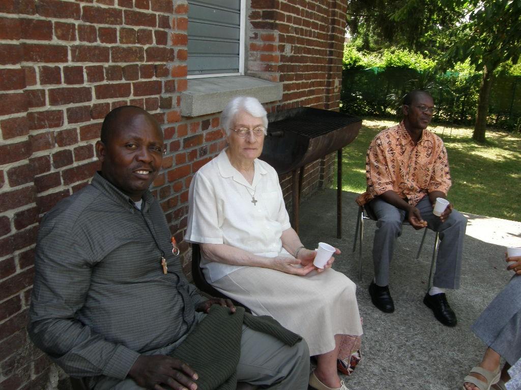 Au premier plan, l'Abbé Laurent MBIH du Cameroun, toujours en lien avec les soeurs de la Ste-Union du Cameroun