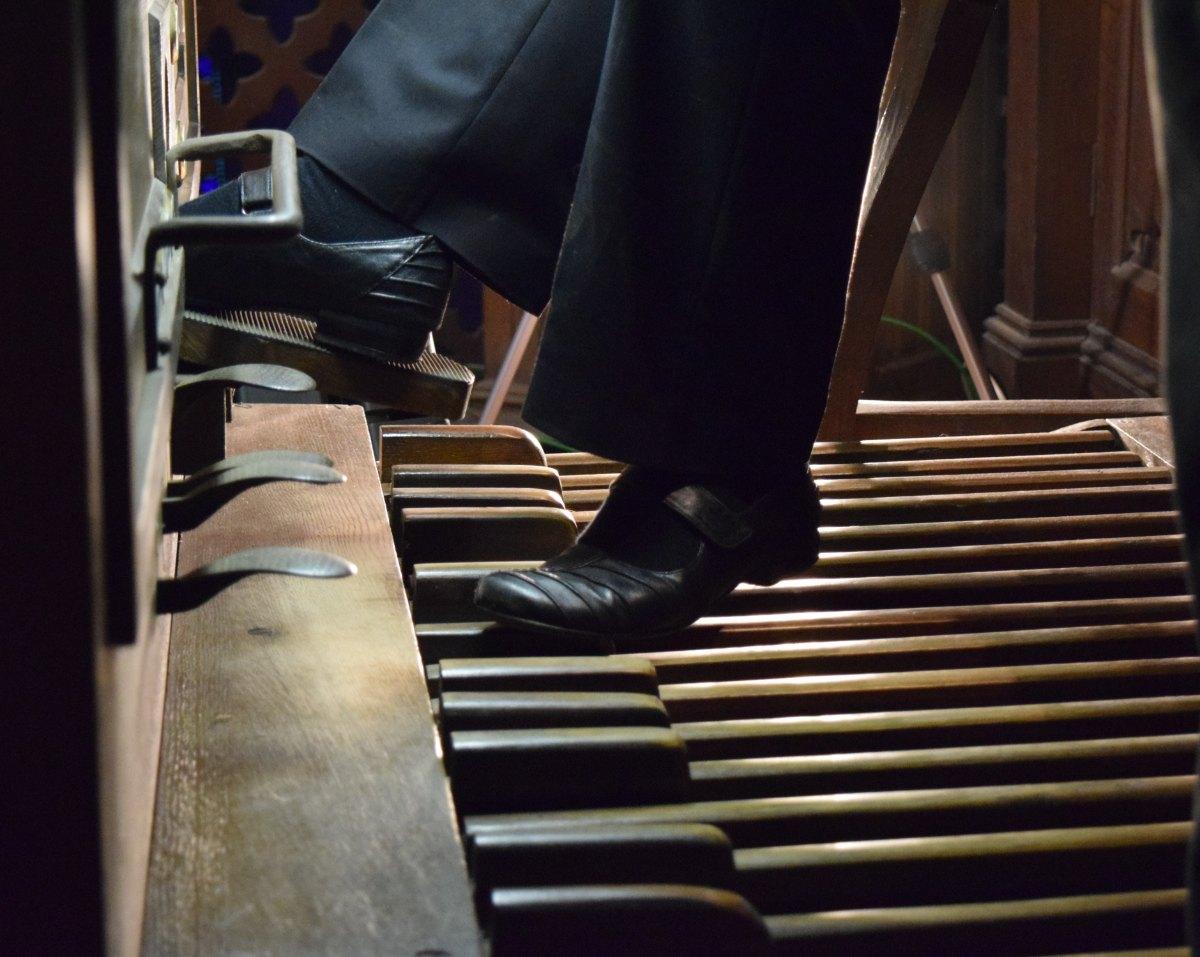 Synchroniser pieds et mains ; l'organiste : 1 orchestre à lui tout seul !
