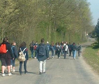 Le groupe marche vers Crèvecoeur
