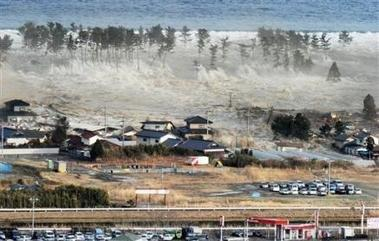 japon-tsunami-waves-of-tsunami-hit-residences--AP