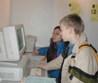 Hélèné et Guillaume imprimant une des lettres de P