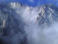 Falaise dans les nuages