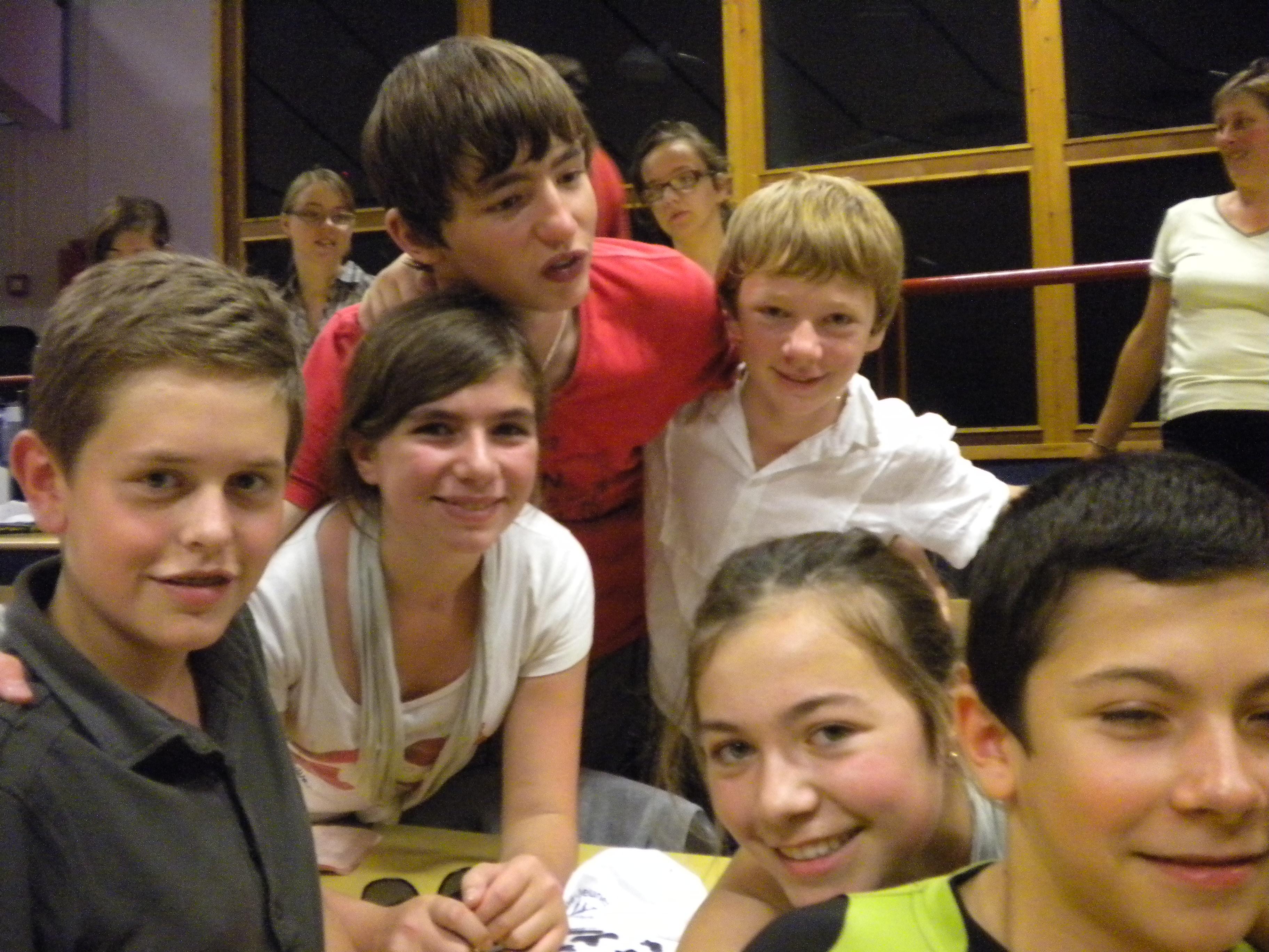 les 5 jeunes de la paroisse avec Samuel de Flines les Râches