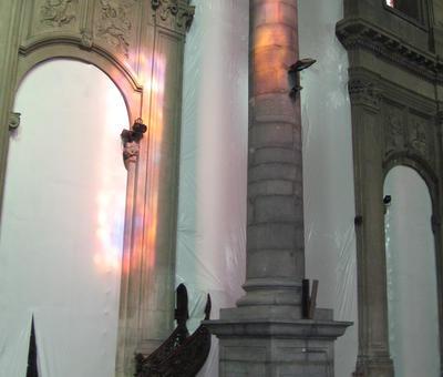 La nef est masquée...un peu de la chaire est encore visible